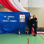 """Pożegnanie mjr. Józefa Oleksiewicza ps. """"Tatar"""". Portret namalowany przez uczniów. Prusy, 06.10.2020 r."""